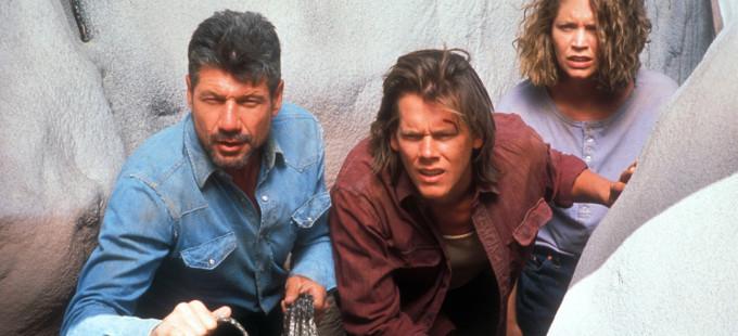 Kevin Bacon, Fred Ward y Finn Carter en Tremors (1990)